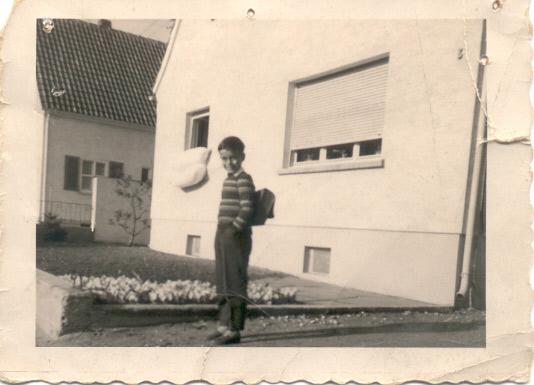 Ralf Lottermann vor seinem Elternhaus in Worms-Abenheim